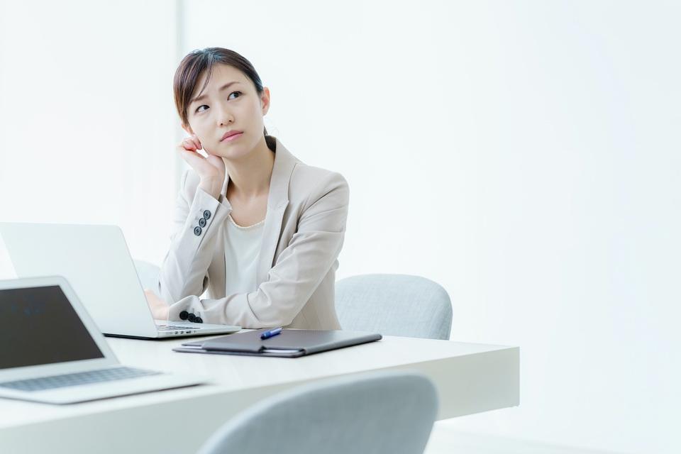 タイの会計ソフトページ・悩む女性